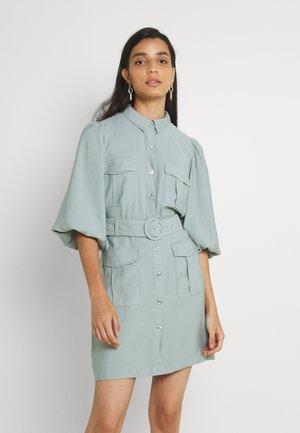 BROOKLYN UTILITY BELTED DRESS - Denní šaty - soft khaki