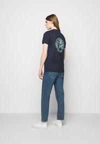 Les Deux - ASISSI - Print T-shirt - dark navy - 2
