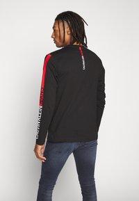 Calvin Klein Jeans - STRIPE INSTITUTIONAL LOGO TEE - Langærmede T-shirts - black - 2