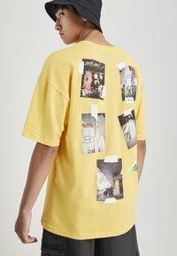 PULL&BEAR - MIT FOTOPRINT - Print T-shirt - yellow - 3