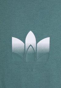 adidas Originals - TEE UNISEX - T-shirt con stampa - hazy emerald - 2