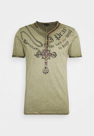LEGACY BUTTON - T-shirt z nadrukiem - military green