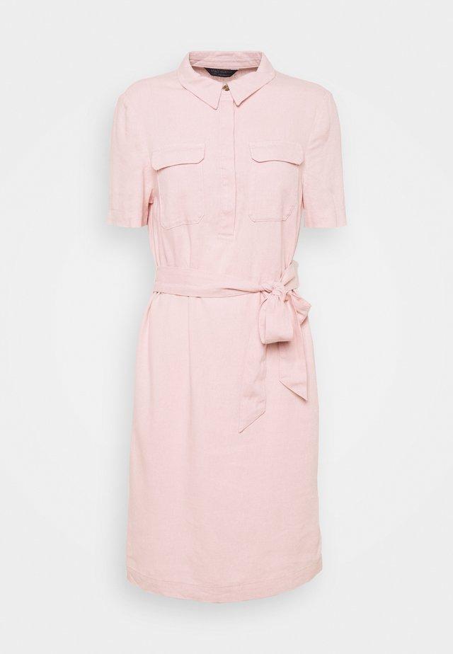 BELT SHIFT - Košilové šaty - pink
