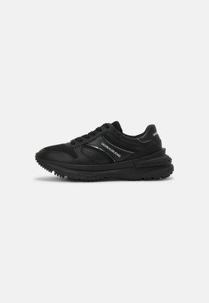 RUNNER LACEUP SNAP - Sneakersy niskie - triple black