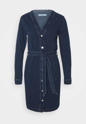 JDYSANNA LIFE BELTED BUTTON DRESS - Spijkerjurk - medium blue denim