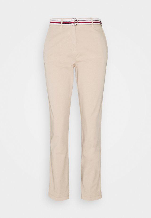 CHINO SLIM PANT - Chino kalhoty - classic beige