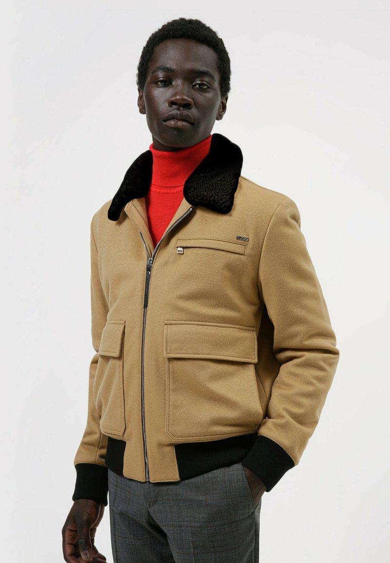 HUGO - Bomber Jacket - beige