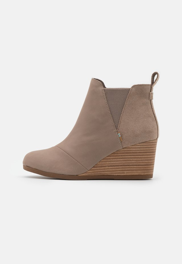 KELSEY - Boots à talons - taupe