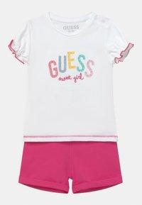 Guess - SET - T-shirt imprimé - true white/pink - 0