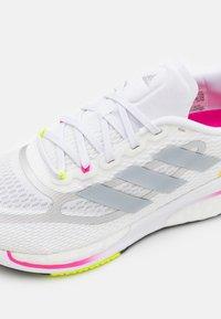 adidas Performance - SUPERNOVA +  - Zapatillas de running neutras - footwear white/halo silver/scream pink - 5