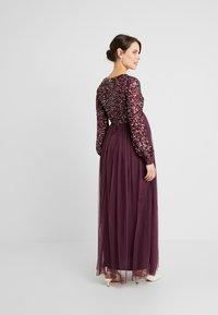 Maya Deluxe Maternity - V NECK BISHOP SLEEVE DELICATE SEQUIN DRESS - Vestido de fiesta - berry - 2