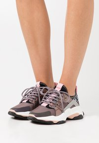 Steve Madden - AJAX - Matalavartiset tennarit - purple metallic - 0
