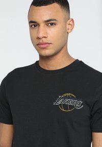 New Era - NBA LA LAKERS NEON LIGHTS TEE - Club wear - black - 3