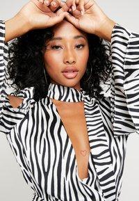 Honey Punch - NECK TIE DRESS - Maxi šaty - black/white - 4
