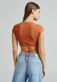 Bershka - Basic T-shirt - brown - 2