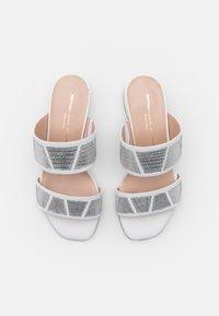 Brenda Zaro - ZOE NEW - Klapki - silver/white - 5
