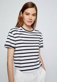 BOSS - Print T-shirt - patterned - 3