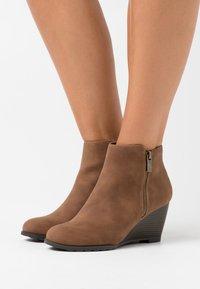 Wallis - ASTONISHING - Boots à talons - tan - 0