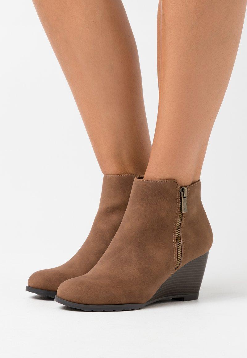 Wallis - ASTONISHING - Boots à talons - tan
