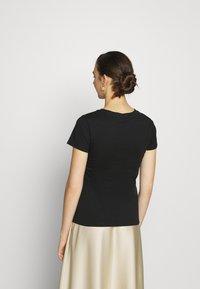 Calvin Klein Jeans - ECO SLIM - Triko spotiskem - black / irish cream - 2