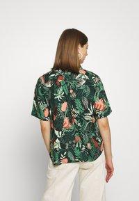 Monki - BITTY BLOUSE - Skjorte - green shapyleves - 2