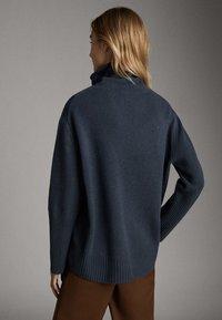 Massimo Dutti - CAPE-PULLOVER AUS WOLLE UND KASCHMIR MIT KAPUZENKRAGEN 05616828 - Sweter - dark grey - 2