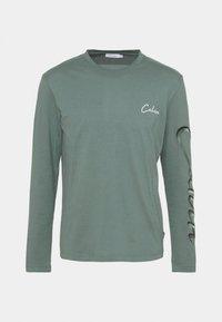 SCRIPT LONG SLEEVE - Long sleeved top - balsam green