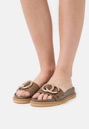 Mules - bueno kaki