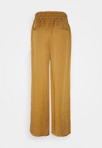 Nümph - NUBRONTE TOYON PANTS - Bukse - bronze brown - 1