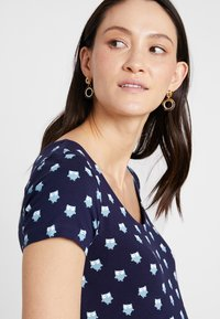 Zalando Essentials Maternity - T-shirt z nadrukiem - blue - 4