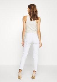 Calvin Klein - MID RISE SLIM ANKLE - Slim fit jeans - white - 2