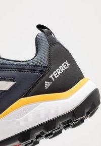 adidas Performance - TERREX AGRAVIC - Obuwie do biegania Szlak - onix/grey two/active gold - 5