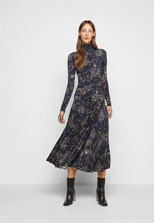 PRINTED PLEATED DRESS - Žerzejové šaty - midnight blue