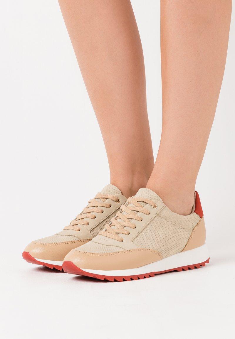 PARFOIS - Baskets basses - beige/red
