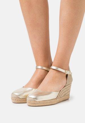 CACERES - Sandály na platformě - platino