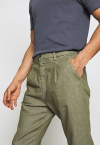 CLOSED - BOSTON RELAXED - Trousers - soft khaki - 5