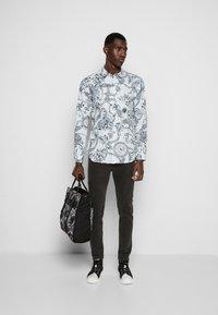 Versace Jeans Couture - PRINT REGALIA BAROQUE - Shirt - bianco - 4