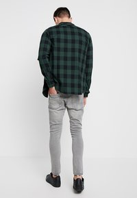 Urban Classics - CHECKED - Skjorta - black/forest - 2