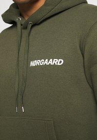 Mads Nørgaard - NEW STANDARD HOODIE - Sweatshirt - olive night - 4