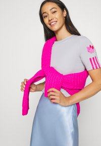 adidas Originals - ADICOLOR SLIM SHORT SLEEVE TEE - T-shirt z nadrukiem - grey two/shock pink - 3