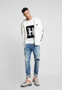 Tommy Hilfiger - LEWIS HAMILTON BOX LOGO TEE 08 - T-shirt med print - white - 1
