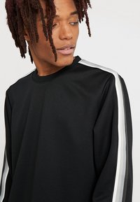 Urban Classics - SLEEVE TAPED CREWNECK - Sweatshirt - black/grey - 4