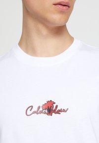 Calvin Klein - SUMMER CENTER LOGO - T-shirt con stampa - white - 6