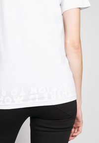 MM6 Maison Margiela - SHORT SLEEVES - Triko s potiskem - white - 6