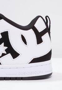 DC Shoes - COURT GRAFFIK - Skateboardové boty - black - 5