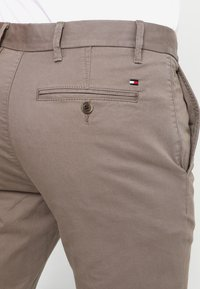 Tommy Hilfiger - DENTON - Chinos - walnut - 5