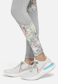 Nike Performance - DRI-FIT ONE - RAGAZZA - Leggings - light smoke grey/multi-colour/metallic gold - 5