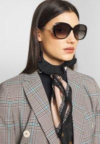 Gucci - Sluneční brýle - black/gold-coloured/grey - 1