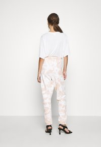 Missguided - PLAYBOY TIE DYE OVERSIZED JOGGER - Trainingsbroek - stone - 2