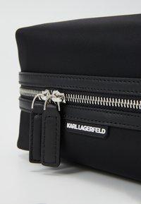 KARL LAGERFELD - IKONIK WASHBAG - Kosmetická taška - black - 4